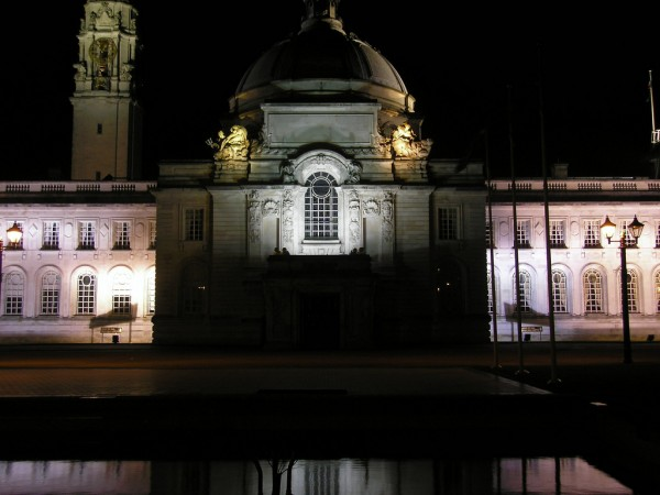 Cardiff City Hall by night joncandy/Flickr